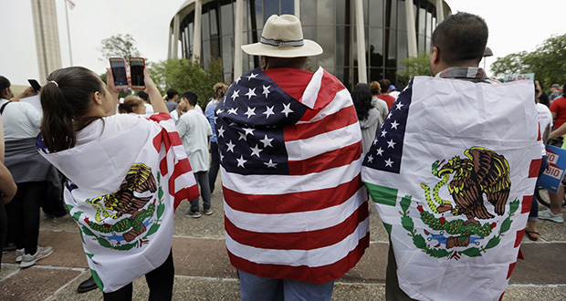 """Protesters outside the federal courthouse in San Antonio, Texas, take part in a June 26 rally to oppose a new Texas """"sanctuary cities"""" bill that aligns with the president's tougher stance on illegal immigration. (AP file photo)"""