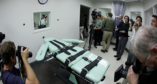 People photograph the interior of the lethal injection facility at San Quentin State Prison in San Quentin, California, on Sept. 21, 2010. (AP file photo)
