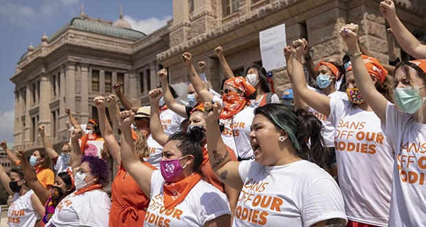 women protest against Texas' restrictive abortion law